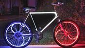 Люди на светящихся велосипедах отправятся  по городу