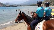 На пляжи Кемера вышла конная жандармерия