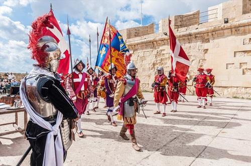 Красочный парад In Guardia – на Мальте