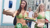 Девушки стояли на Невском в листьях салата