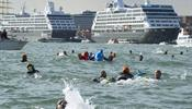 Жители Венеции бросились в воду
