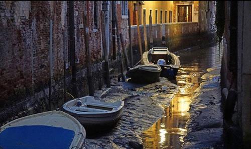 В Венеции оказалось мало  … воды