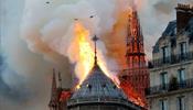 В огне рухнули шпиль, часы и крыша Парижской Богоматери