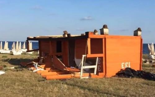 В Крыму ветер опрокинул домики туристического поселка «Библио Глобуса»